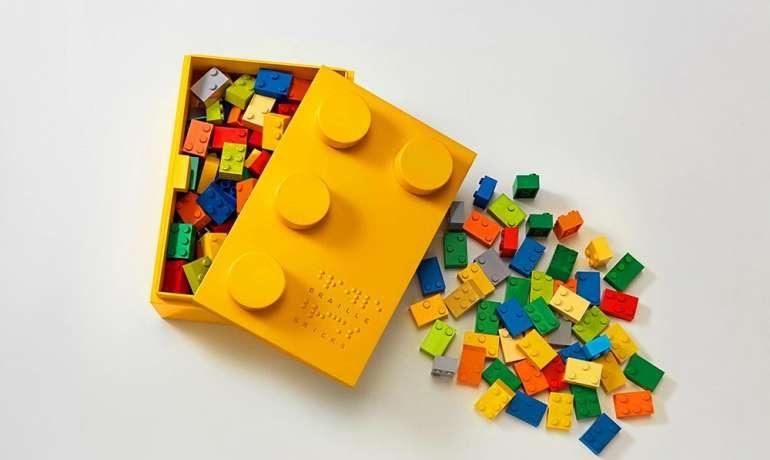 LÁTÁSSÉRÜLT GYEREKEKNEK FEJLESZT ÉPÍTŐKOCKÁT A LEGO